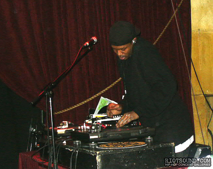 2_DJ_On_The_Turntables
